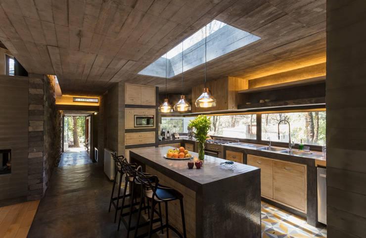 CASA M:  Kitchen by Rivadeneyra Arquitectos