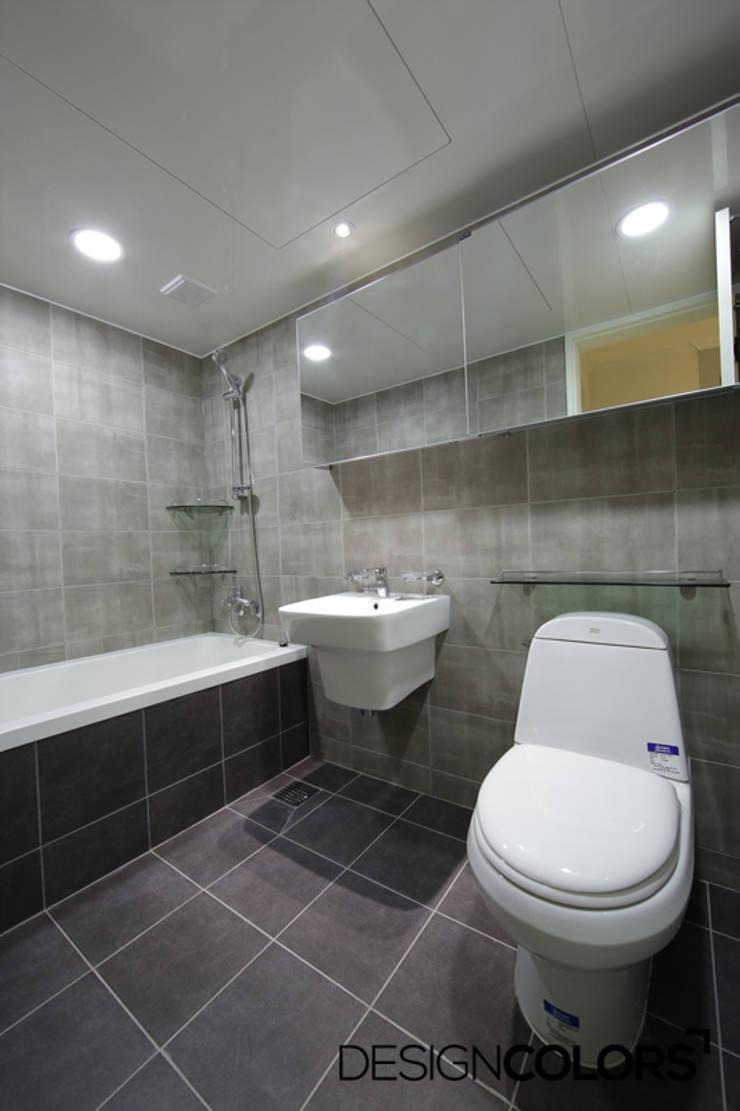 욕실: DESIGNCOLORS의  욕실