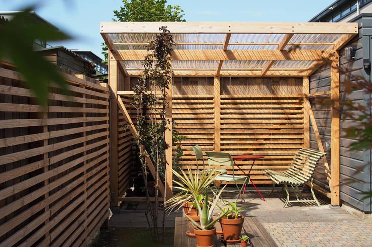 Prieel, Den Haag:  Tuinhuis door Bergblick interieurarchitectuur, Scandinavisch Hout Hout