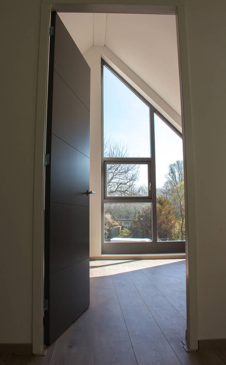 Moderne duinwoning in Castricum:  Slaapkamer door Nico Dekker Ontwerp & Bouwkunde, Modern