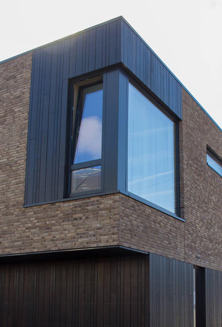 Moderne kubuswoning in plan Vaart Alkmaar:  Huizen door Nico Dekker Ontwerp & Bouwkunde, Modern