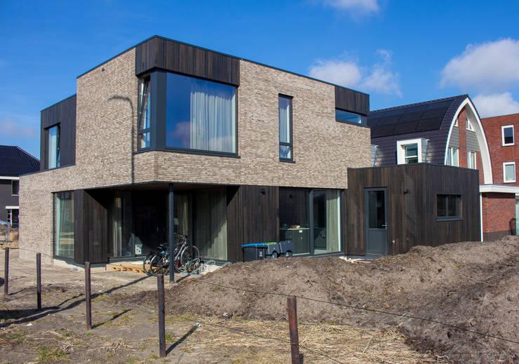 Moderne kubuswoning in plan Vaart Alkmaar: moderne Huizen door Nico Dekker Ontwerp & Bouwkunde