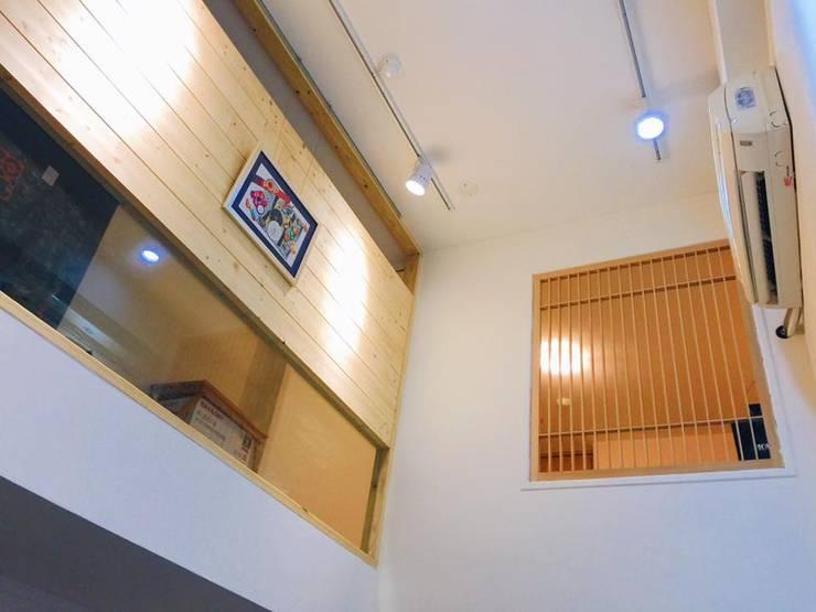 安全與設計並存 Minimalist corridor, hallway & stairs by 圓方空間設計 Minimalist Plywood