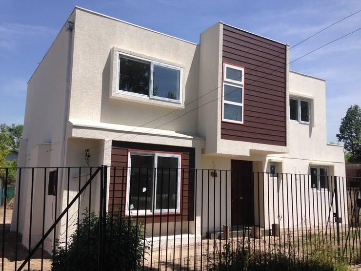 Fachada principal: Casas unifamiliares de estilo  por Arqsol