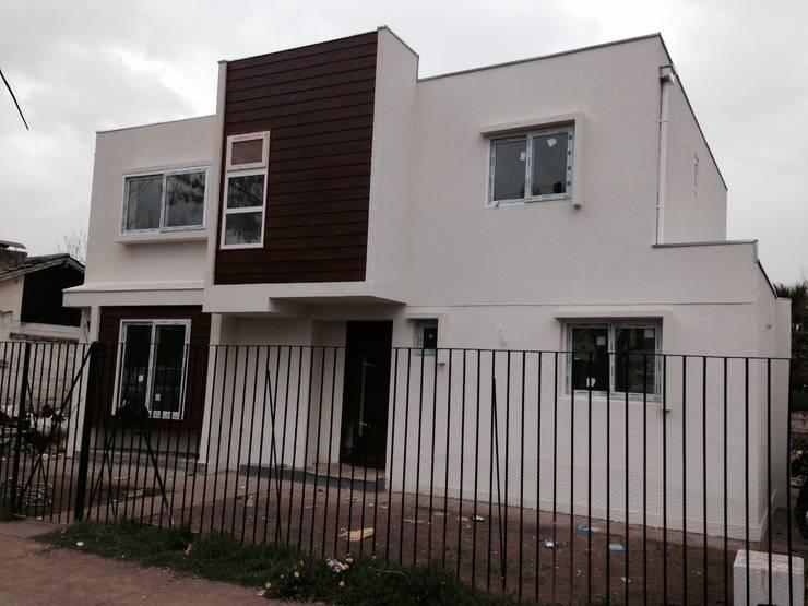 Fachada calle : Casas unifamiliares de estilo  por Arqsol