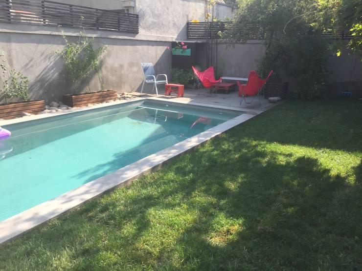 piscina con deck y mobiliario: Piscinas de jardín de estilo  por Arqsol