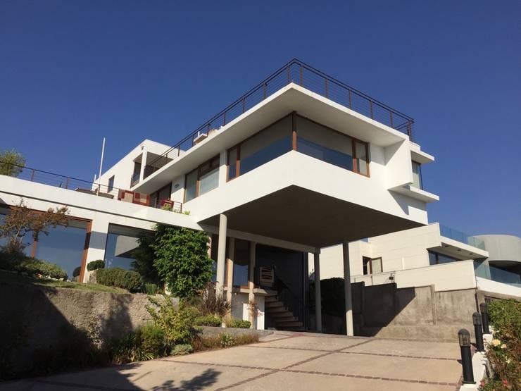 Fachada hacia la calle: Casas unifamiliares de estilo  por Arqsol