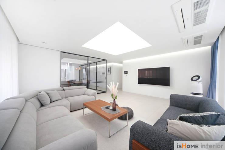 미니멀 인테리어의 품격 58평 송도아파트 : 이즈홈의  거실