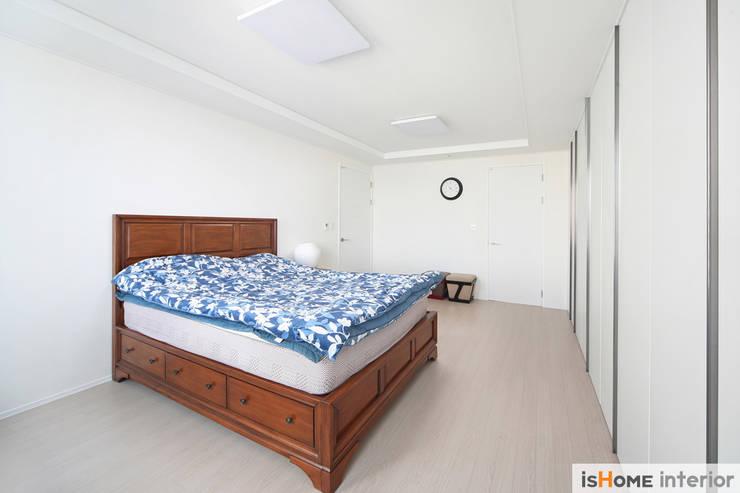 미니멀 인테리어의 품격 58평 송도아파트 : 이즈홈의  침실