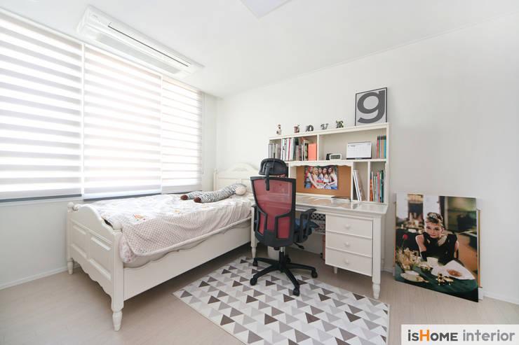 미니멀 인테리어의 품격 58평 송도아파트 : 이즈홈의  방