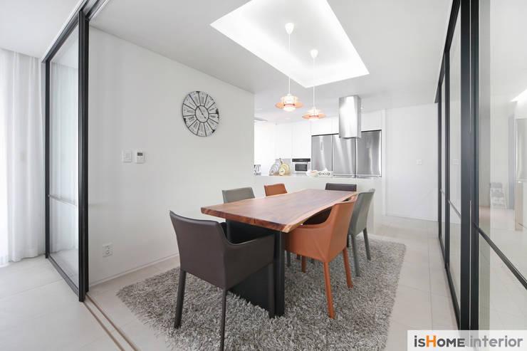 미니멀 인테리어의 품격 58평 송도아파트 : 이즈홈의  다이닝 룸