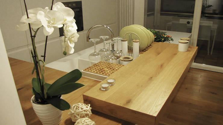 Piccolo attico open space: Cucina in stile  di FRANCESCO CARDANO Interior designer, Moderno