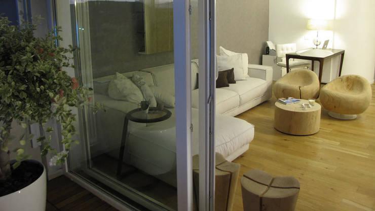 Piccolo attico open space: Soggiorno in stile  di FRANCESCO CARDANO Interior designer, Moderno