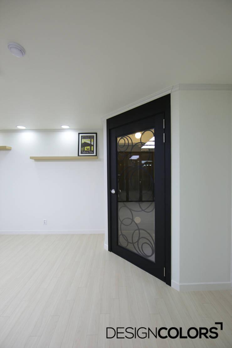 관악구 신림동 쌍용아파트 인테리어 : DESIGNCOLORS의  복도 & 현관,