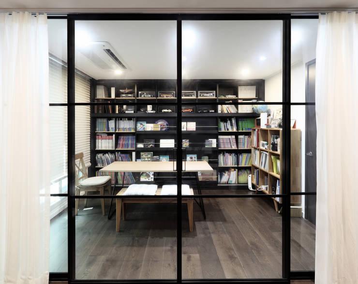 침실-서재: WITHJIS(위드지스)의  서재 & 사무실,모던 알루미늄 / 아연