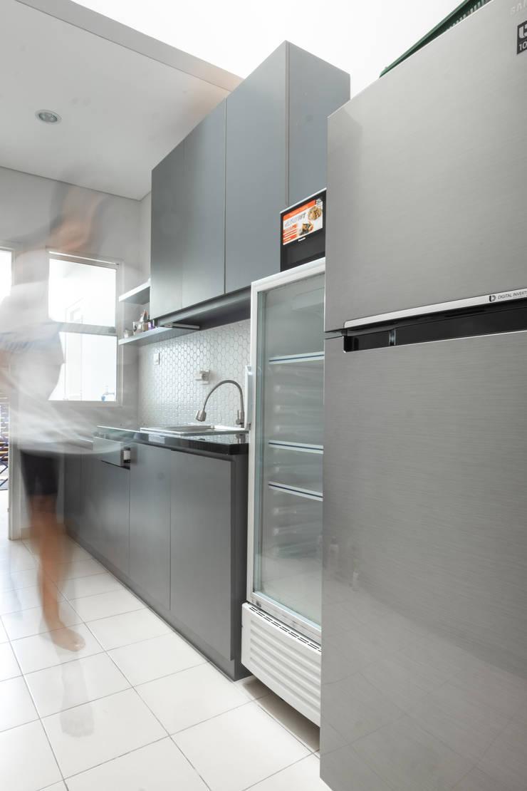 Dapur:  Kitchen by FIANO INTERIOR