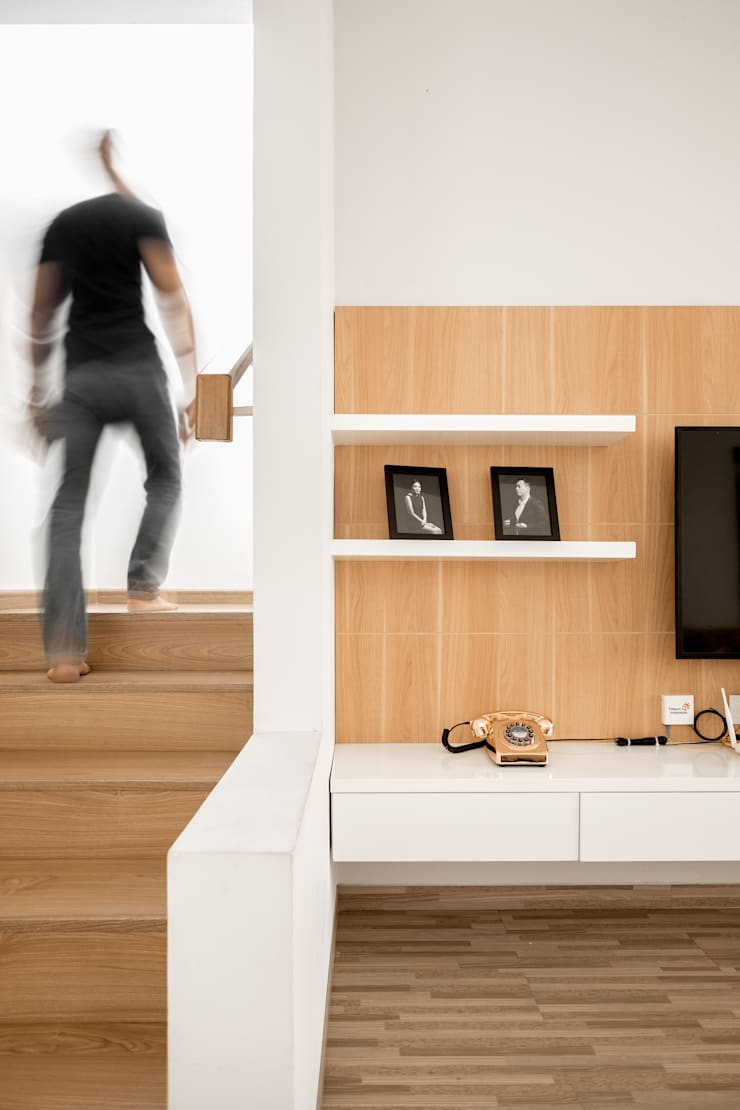 Menuju lantai Atas:  Corridor, hallway & stairs by FIANO INTERIOR
