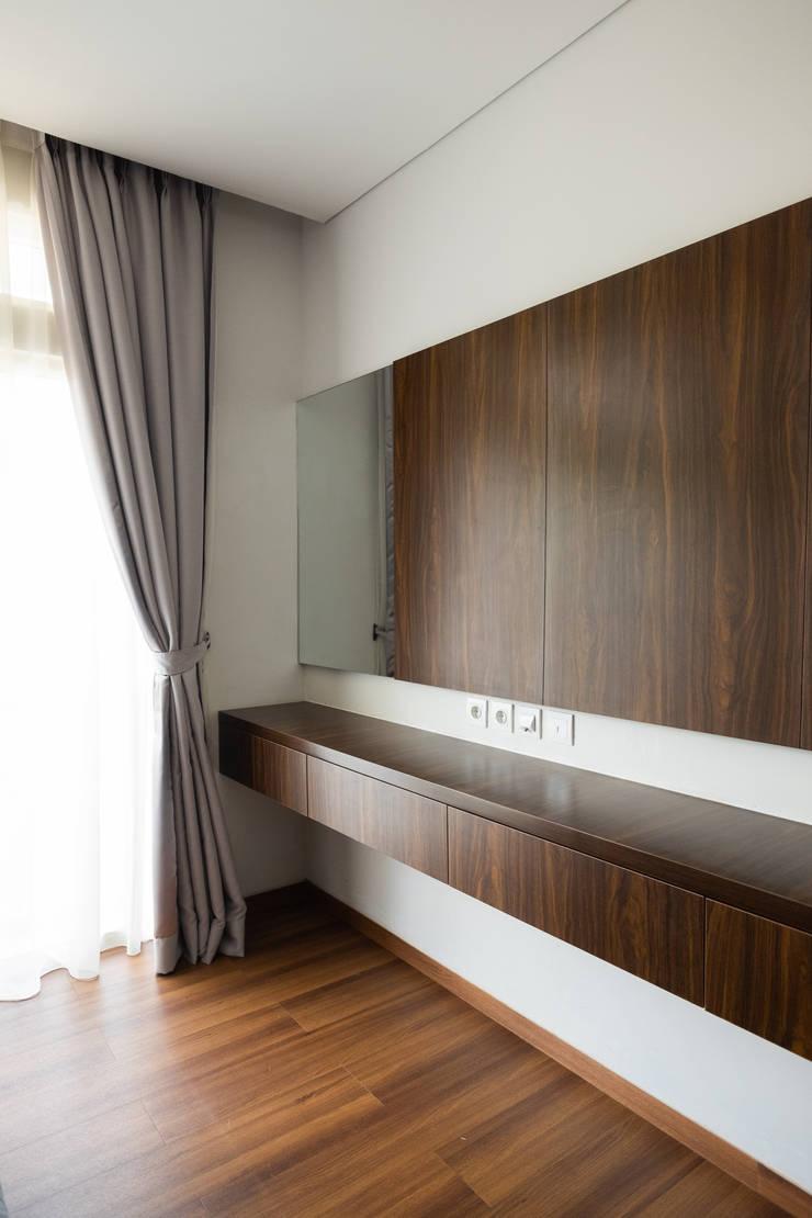 RDT HOUSE Serenia Hills:  Bedroom by FIANO INTERIOR