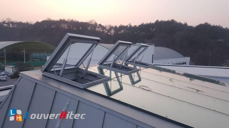 每扇天窗各裝設兩支電動推桿,利用電動推桿的伸縮,控制天窗的開闔:  體育館 by Soon Industrial Co., Ltd.