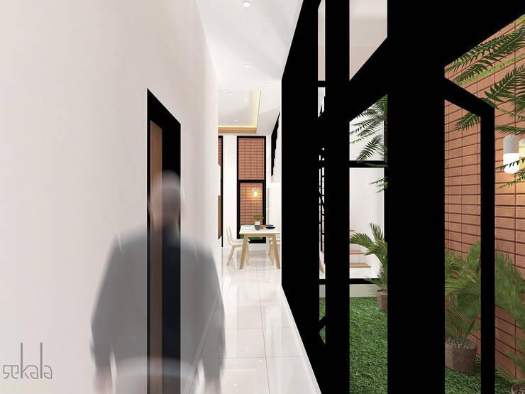 Rumah Ibu Vika:  Ruang Keluarga by SEKALA Studio
