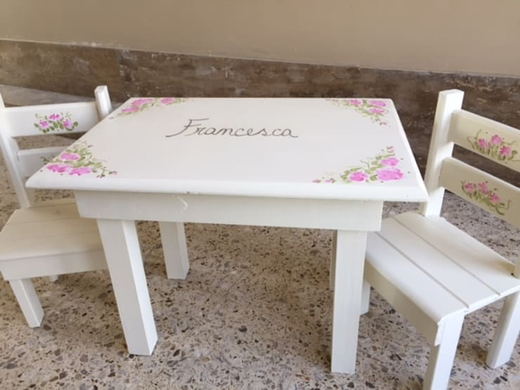 Mesa y sillas para niños de pino pintadas: Dormitorios infantiles  de estilo  por ANADECO - Decoradora y Diseñadora de Interiores - La Plata