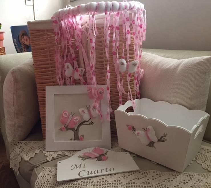 Conjunto móvil cuadro cartel y portacosmético para beba con mariposas: Dormitorios infantiles  de estilo  por ANADECO - Decoradora y Diseñadora de Interiores - La Plata