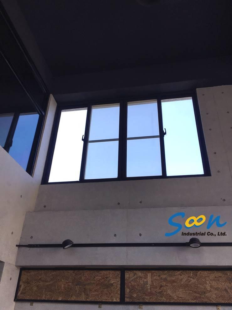 但窗戶位於一般成人無法碰觸到的高度:  辦公室&店面 by Soon Industrial Co., Ltd.