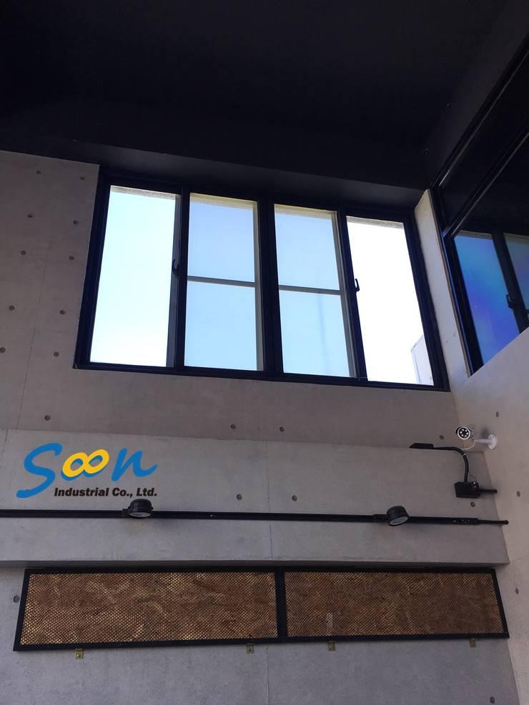 考慮到開窗的便利性,以及日後下方空間將會擺放展示藝品,沒有放置梯子的空間,因此決定安裝橫拉窗專用的電動開窗器:  辦公室&店面 by Soon Industrial Co., Ltd.