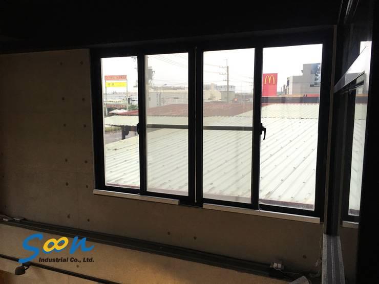 KST-SL01 橫拉窗電動開窗器將所有機構皆內藏在管組內,外觀採用雪白粉體烤漆,簡潔的設計與業主工業風的裝潢風格相輔相成。:  辦公室&店面 by Soon Industrial Co., Ltd.