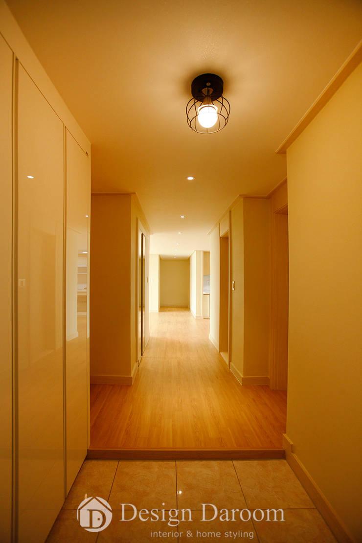 워커힐 아파트 56py 현관: Design Daroom 디자인다룸의  복도 & 현관