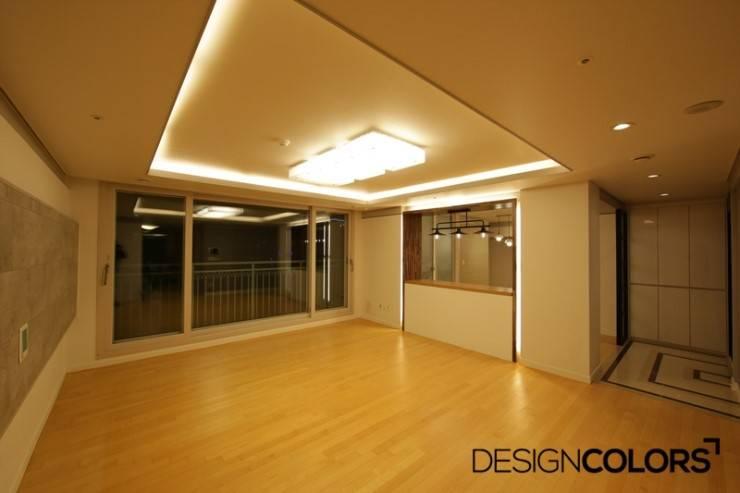 파주시 목동동 해솔마을 삼부르네상스 아파트인테리어: DESIGNCOLORS의  거실