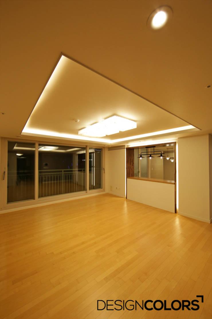 파주시 목동동 해솔마을 삼부르네상스 아파트인테리어: DESIGNCOLORS의  거실,모던