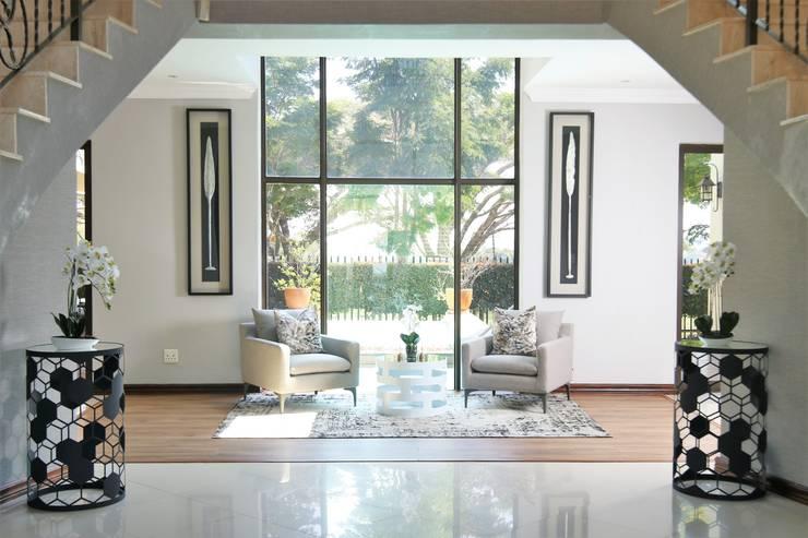 Pasillos y vestíbulos de estilo  por Motama Interiors and Exteriors