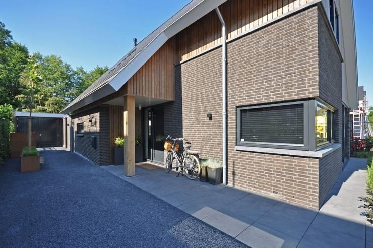 Eigentijdse woning:  Huizen door Bongers Architecten, Landelijk