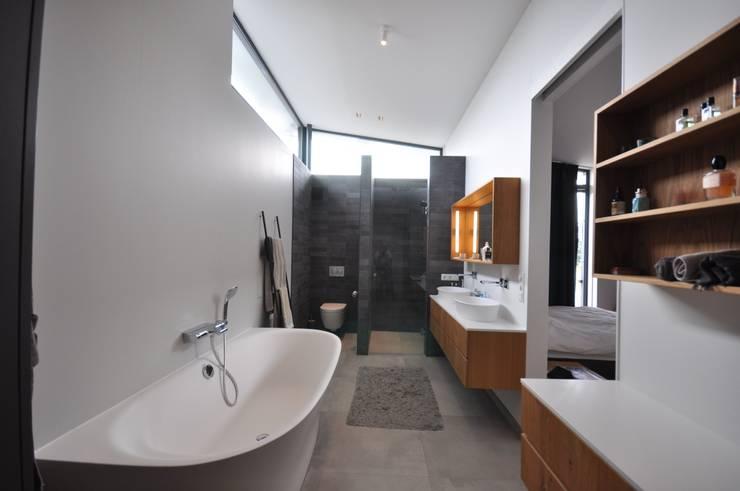 Badezimmer von Bongers Architecten, Modern
