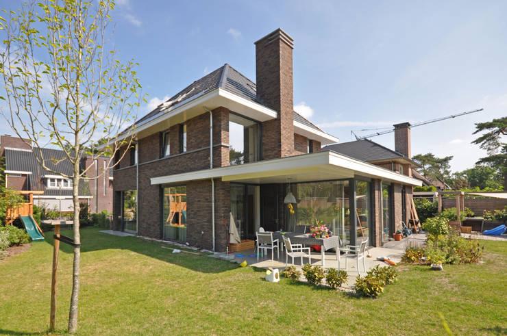 Moderne jaren 30 woning:  Huizen door Bongers Architecten, Modern