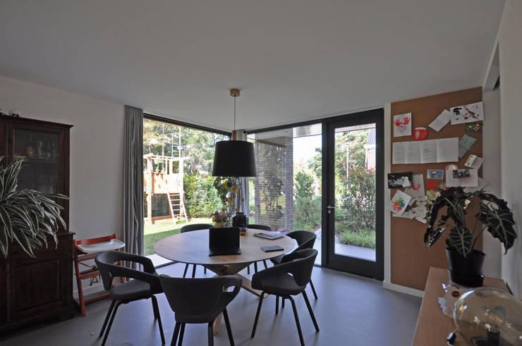 Moderne jaren 30 woning:  Eetkamer door Bongers Architecten, Modern