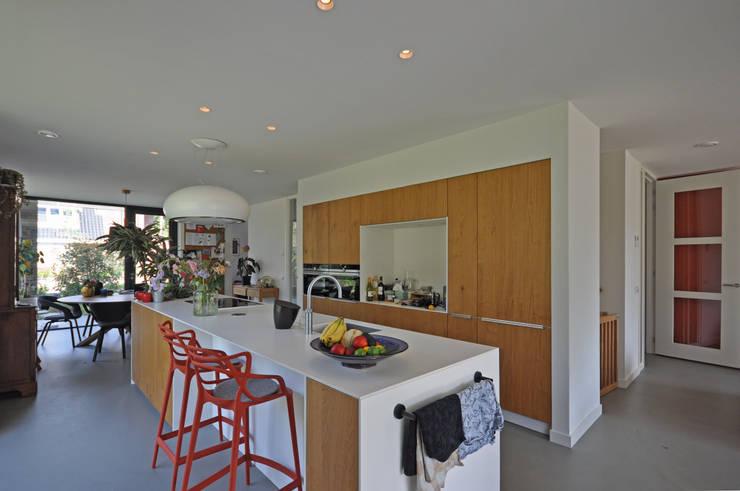 Moderne jaren 30 woning:  Keuken door Bongers Architecten, Modern