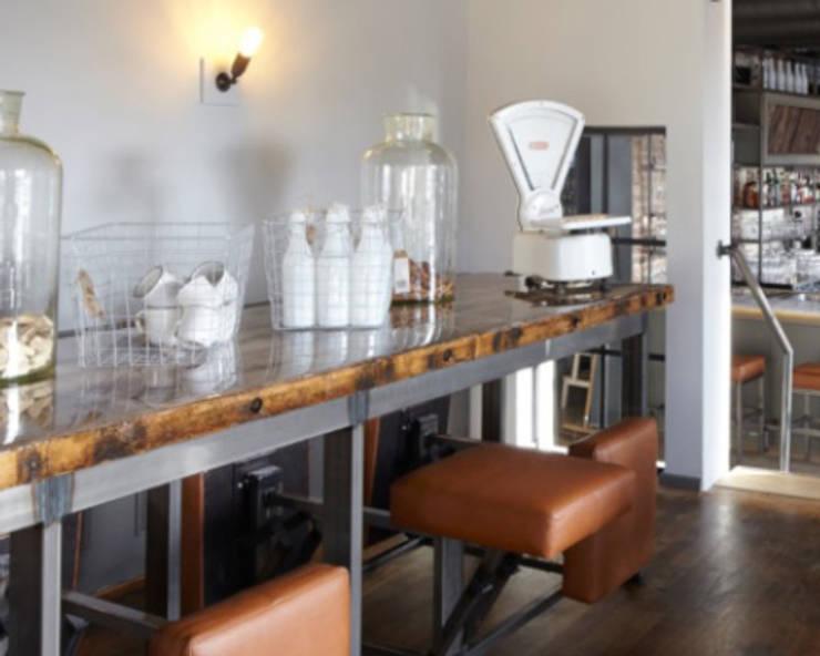 Lange tafel met vaste zittingen:  Bars & clubs door Bob Nisters, Industrieel