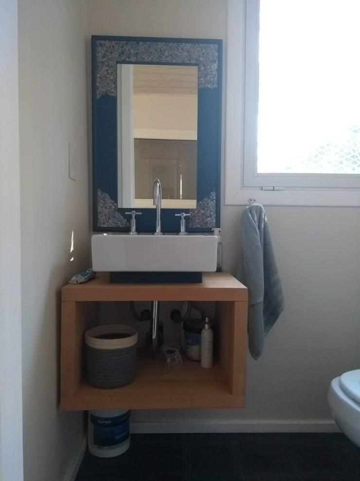 Toilette en recepción: Baños de estilo  por 2424 ARQUITECTURA,