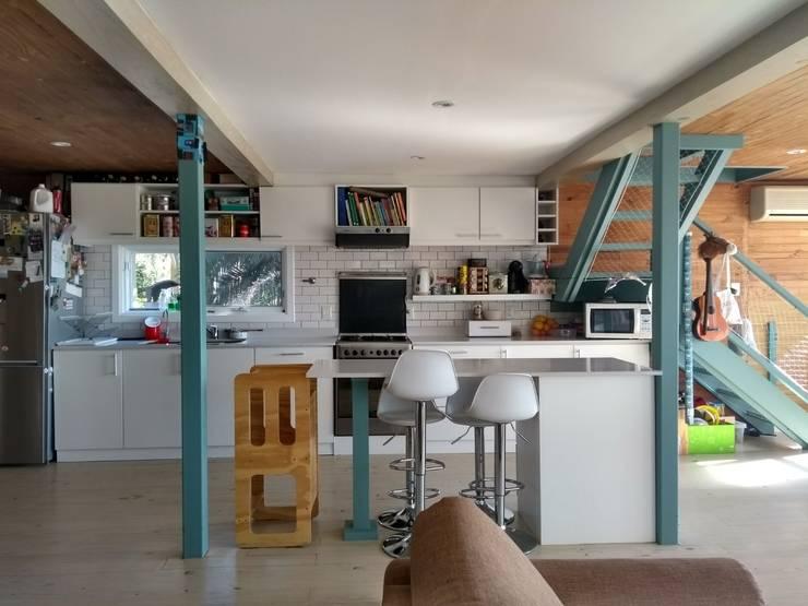 Isla de cocina: Cocinas a medida  de estilo  por 2424 ARQUITECTURA
