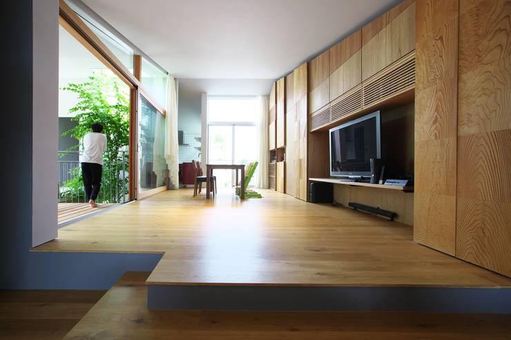 Living room by Takeru Shoji Architects.Co.,Ltd, Eclectic