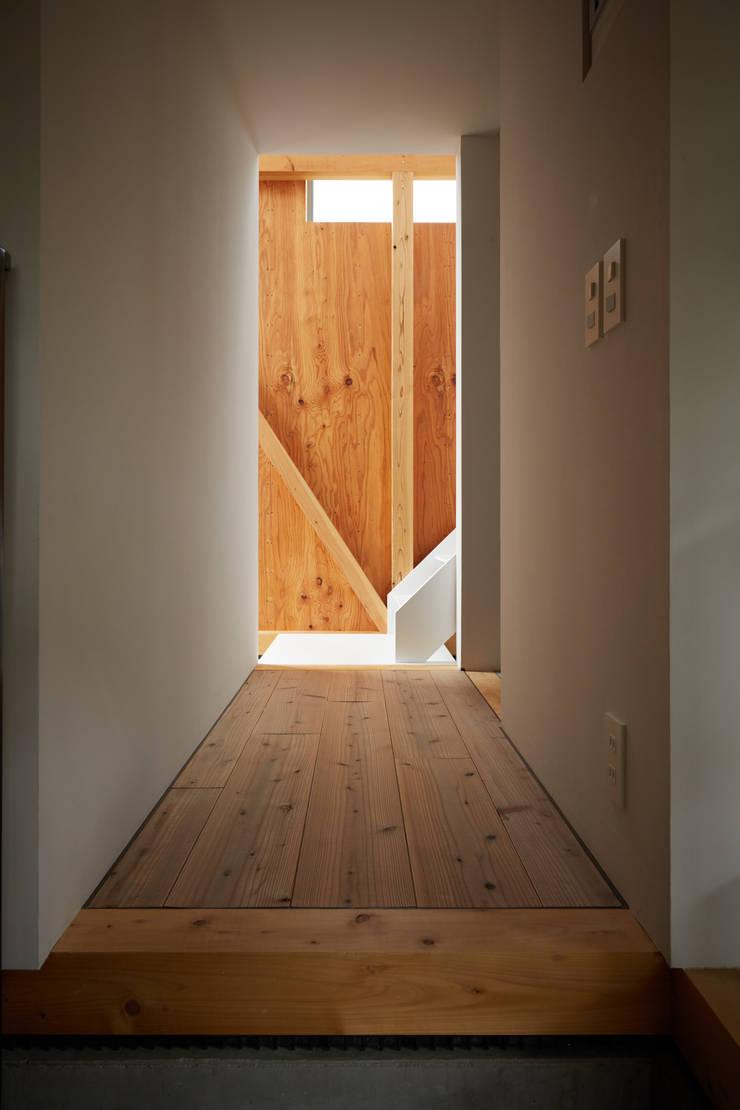 隨意取材風玄關、階梯與走廊 根據 Takeru Shoji Architects.Co.,Ltd 隨意取材風
