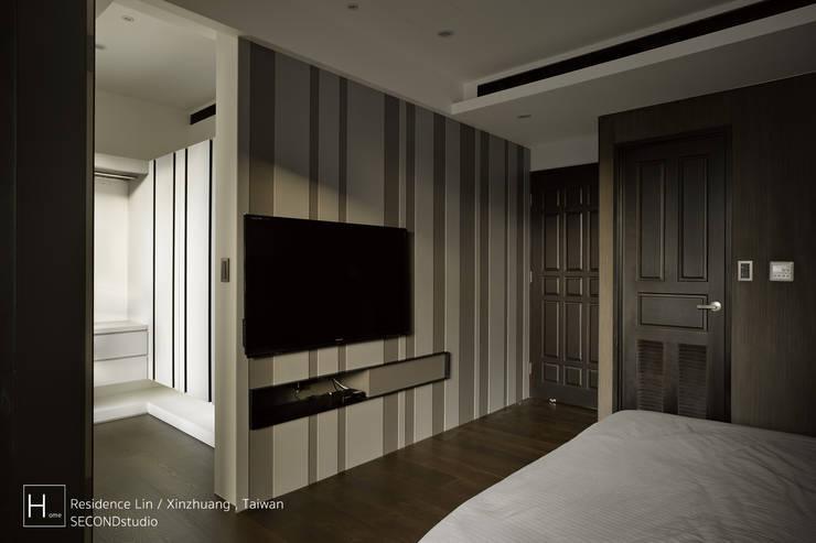 現代都會雅痞風的單身男性公寓:  客廳 by SECONDstudio