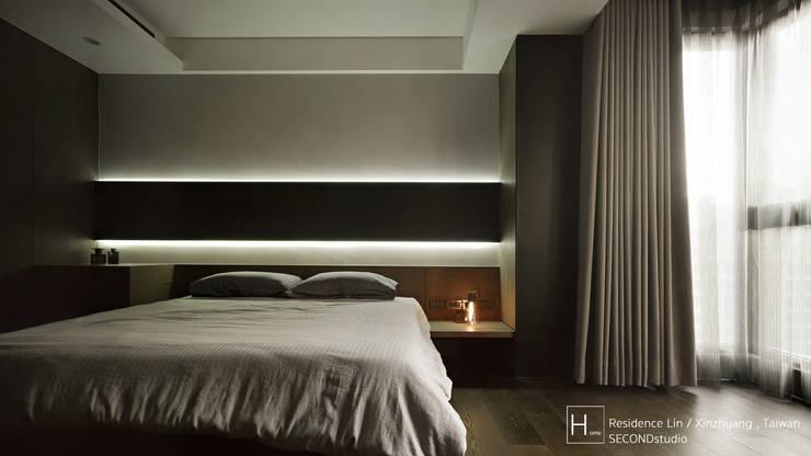 現代都會雅痞風的單身男性公寓:  臥室 by SECONDstudio