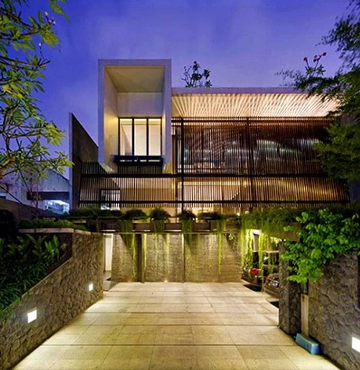 Fasad dan Carport:   by Jati and Teak