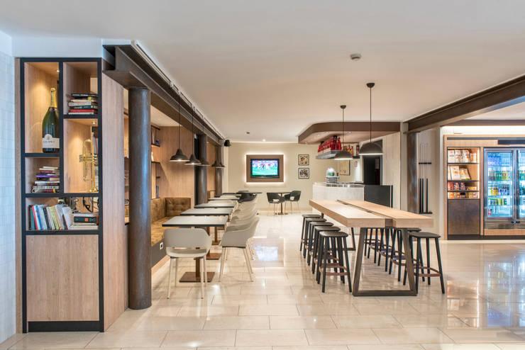 Hall Hotel Best Western: Hotel in stile  di Fab Arredamenti su Misura