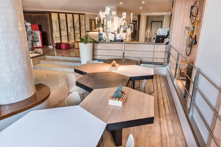 Hotel Soave – Best Western – Restyling Hall: Hotel in stile  di Fab Arredamenti su Misura