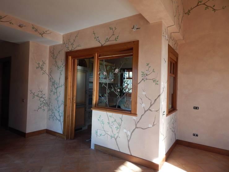 Decorazione classica con tralci e fiori: Ingresso & Corridoio in stile  di Meraki di Irene Mancini