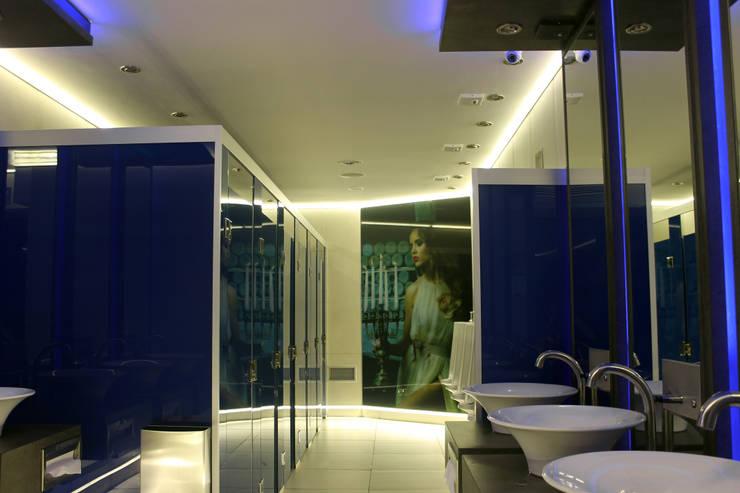 Discoteca- Baños: Bares y Clubs de estilo  por Triad Group